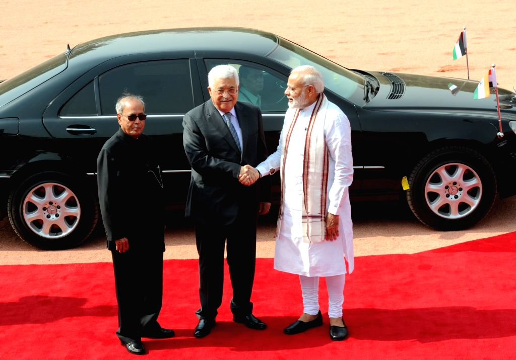 President Pranab Mukherjee and Prime Minister Narendra Modi with Palestine President Mahmoud Abbas at the ceremonial reception at Rashtrapati Bhavan in New Delhi on May 16, 2017. - Narendra Modi and Pranab Mukherjee
