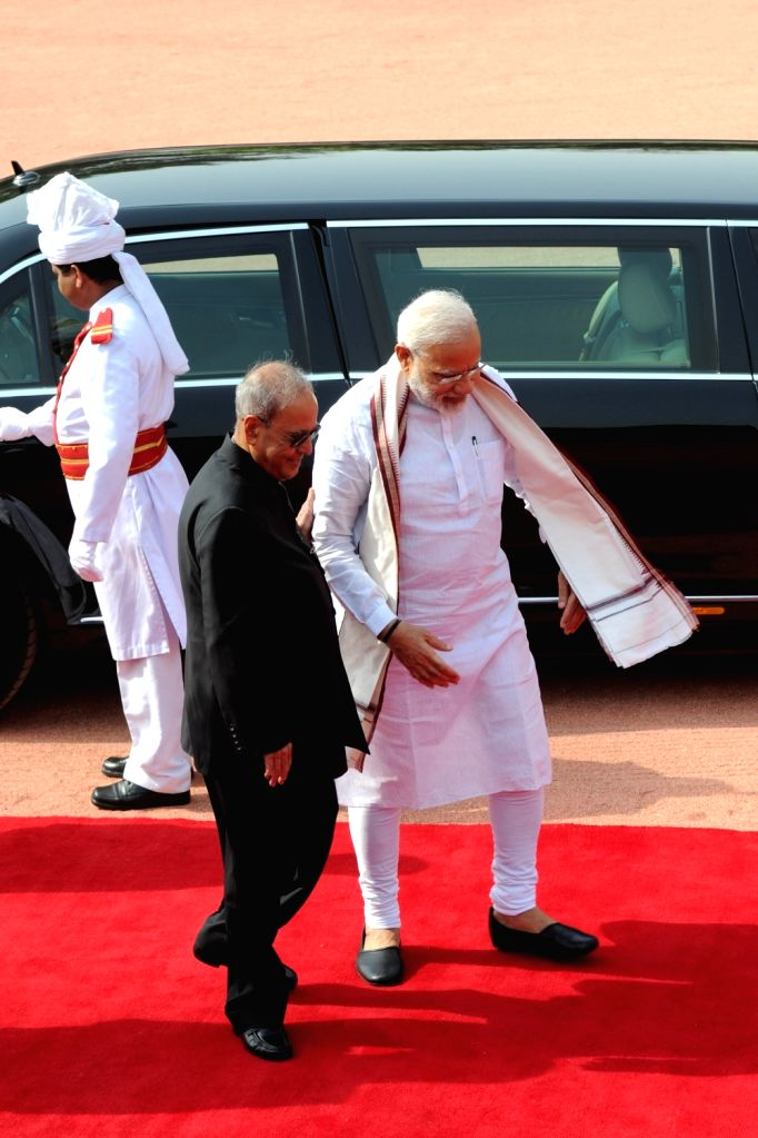 President Pranab Mukherjee and Prime Minister Narendra Modi at the ceremonial reception of Palestine President Mahmoud Abbas at Rashtrapati Bhavan in New Delhi on May 16, 2017. - Narendra Modi and Pranab Mukherjee
