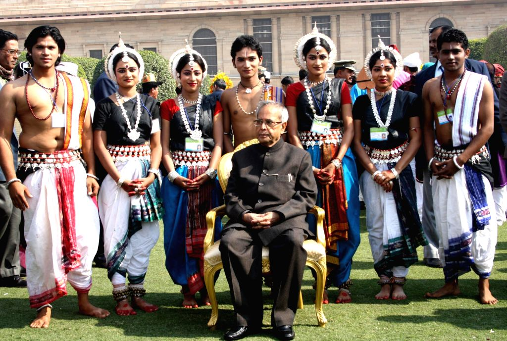 President Pranab Mukherjee and wife Suvra Mukherjee with the tableaux artists at Rashtrapati Bhavan - Pranab Mukherjee and Suvra Mukherjee