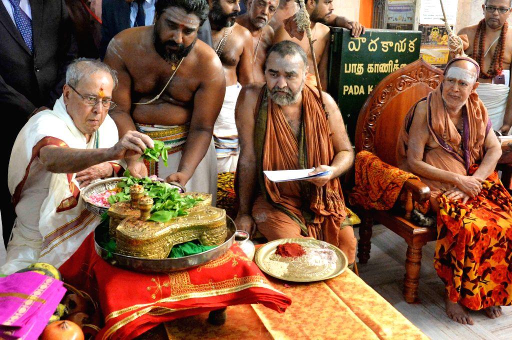 President Pranab Mukherjee during his visit at Sri Kamakshi Amman Temple and Sri Sankara Mutt in Kancheepuram, Tamil Nadu, on June 13, 2017. - Pranab Mukherjee