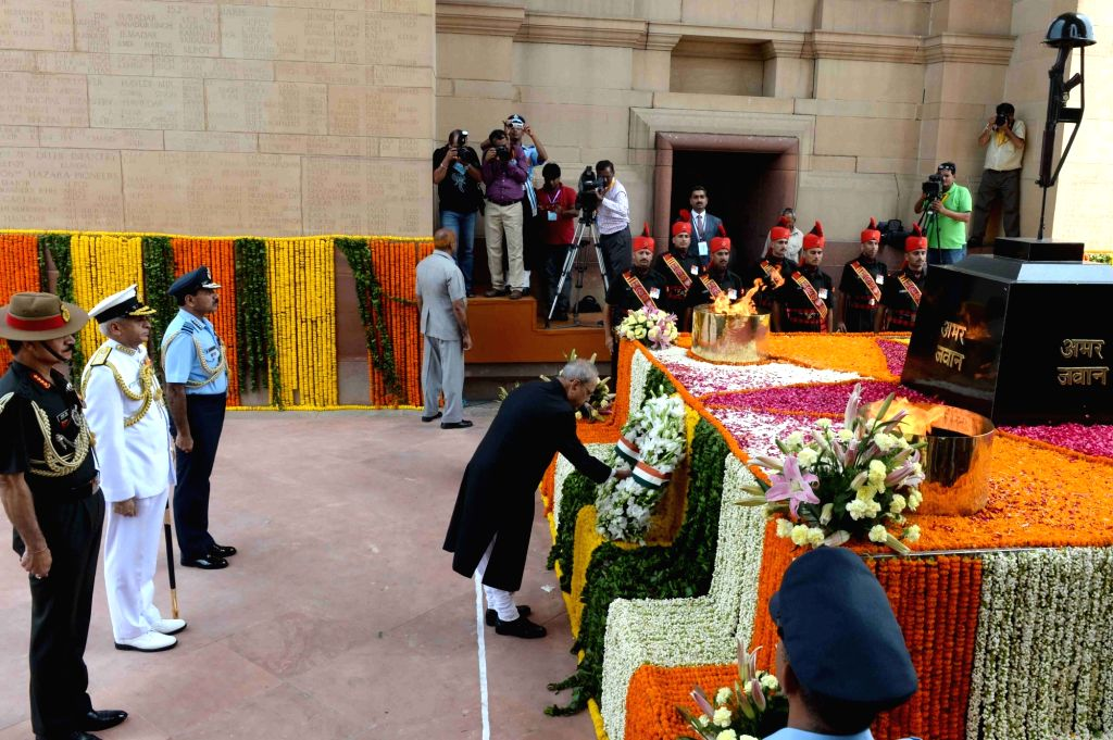 President Pranab Mukherjee lays wreath at Amar Jawan Jyoti, India Gate on Independence Day in New Delhi, on Aug 15, 2016. Also seen Army Chief General Dalbir Singh, Naval Chief Admiral ... - Pranab Mukherjee