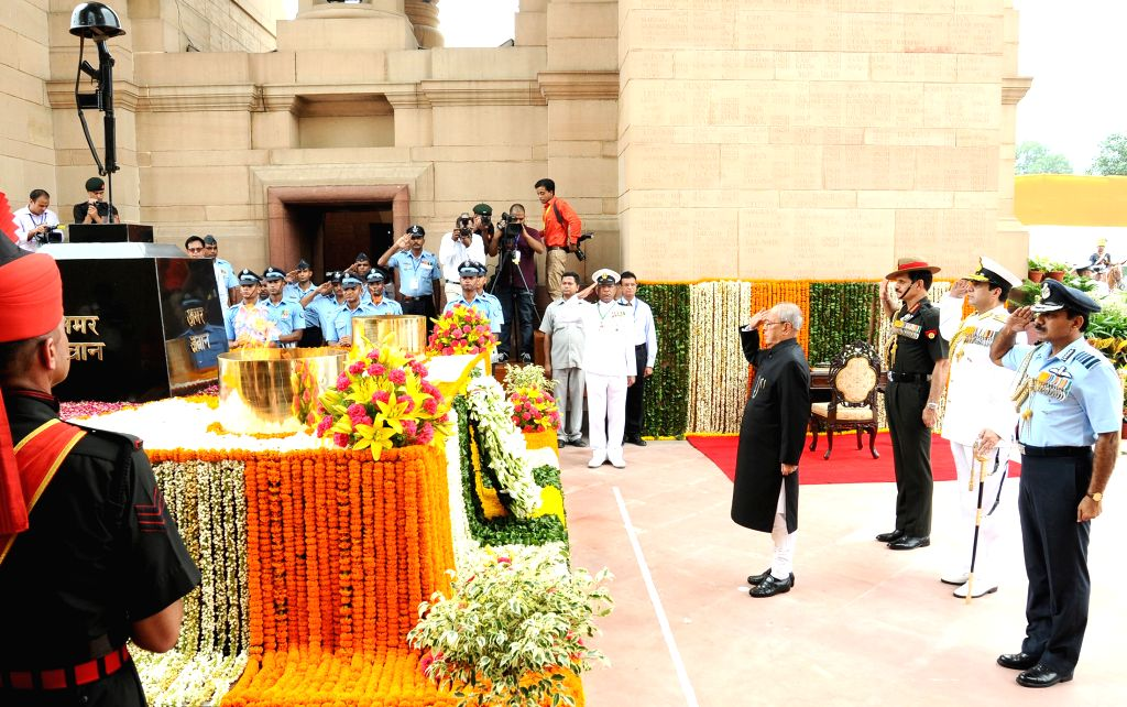 President Pranab Mukherjee paying homage at the Amar Jawan Jyoti, India Gate, on the occasion of 69th Independence Day, in New Delhi on August 15, 2015. - Pranab Mukherjee