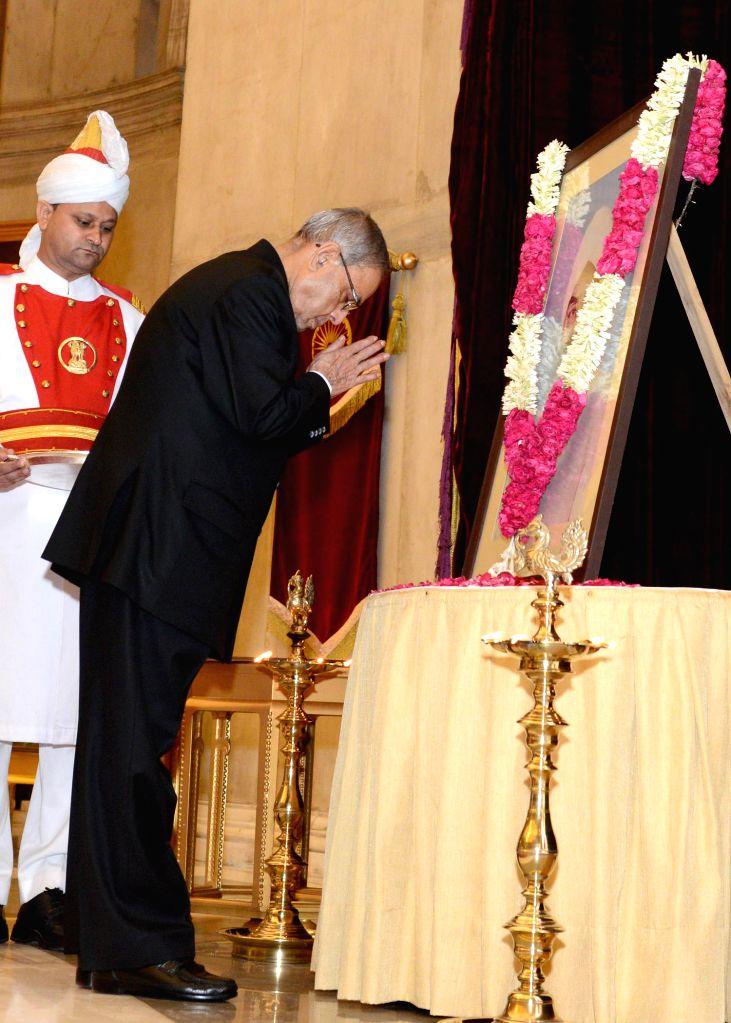 President Pranab Mukherjee pays tribute to former President of India Giani Zail Singh on his birth anniversary at Rashtrapati Bhavan in New Delhi on May 5, 2014. - Pranab Mukherjee