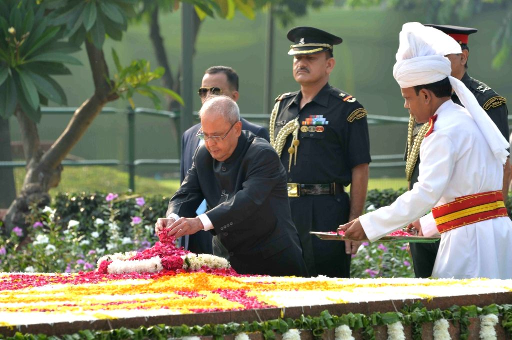 President Pranab Mukherjee, pays tribute to former Prime Minister Lal Bahadur Shastri on his birth anniversary  in New Delhi on Oct 2, 2016. - Lal Bahadur Shastri and Pranab Mukherjee