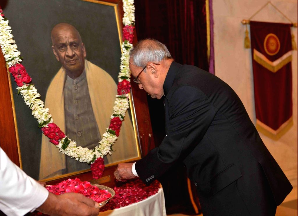 President Pranab Mukherjee pays tribute to Sardar Vallabhbhai Patel on his birth anniversary at Rashtrapati Bhavan in New Delhi on Oct 31, 2016. - Pranab Mukherjee and Sardar Vallabhbhai Patel