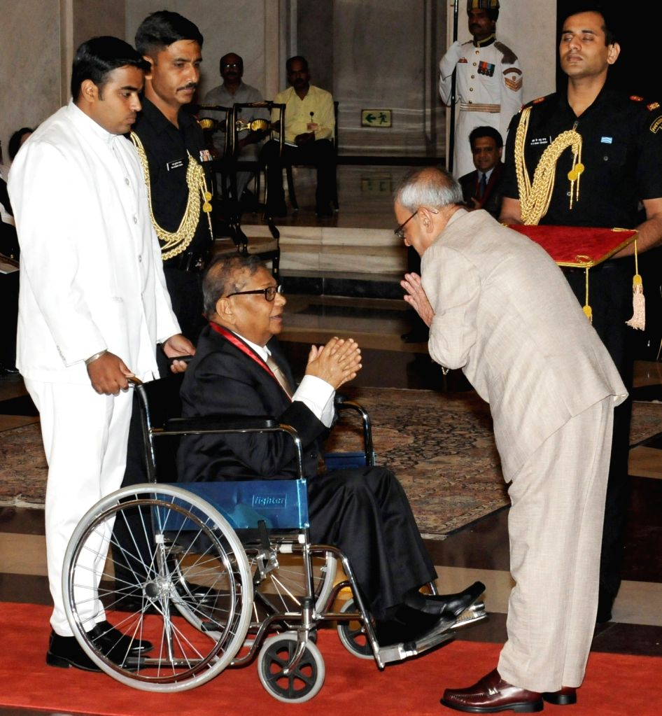 President Pranab Mukherjee presents Dr. B.C. Roy National Award 2009 to Dr. Moti Lal Singh, at a function, at Rashtrapati Bhavan, in New Delhi on July 1, 2016. - Pranab Mukherjee and Moti Lal Singh