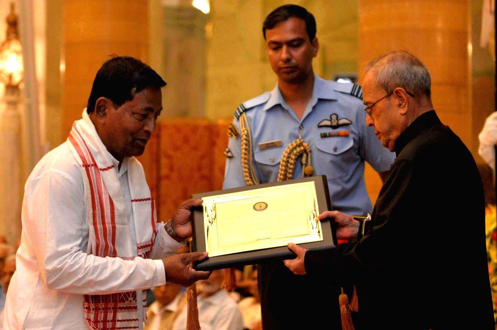 President Pranab Mukherjee presents the Hindi Sevi Samman Yojana Awards for the Years 2012, 2013 & 2014, at a function, at Rashtrapati Bhavan, in New Delhi on April 19, 2016. - Pranab Mukherjee
