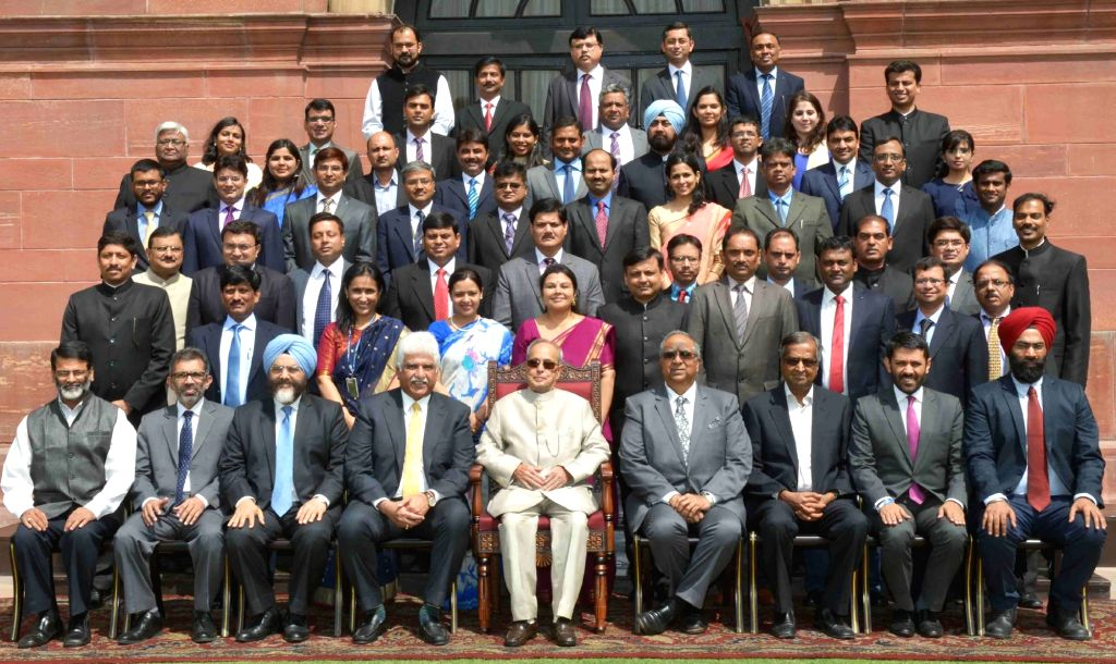 President Pranab Mukherjee with the Students of Founding Batch of Management Programme in Public Policy (MPPP) of Indian School of Business, Mohali, at Rashtrapati Bhavan, in New Delhi on ... - Pranab Mukherjee