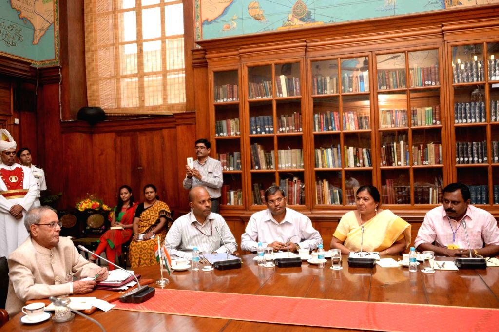 President Pranab Mukherjee with the teachers attending the in-residence programme for award winning school teachers from States/Union Territories along with two coordinators from Dr. ... - Pranab Mukherjee