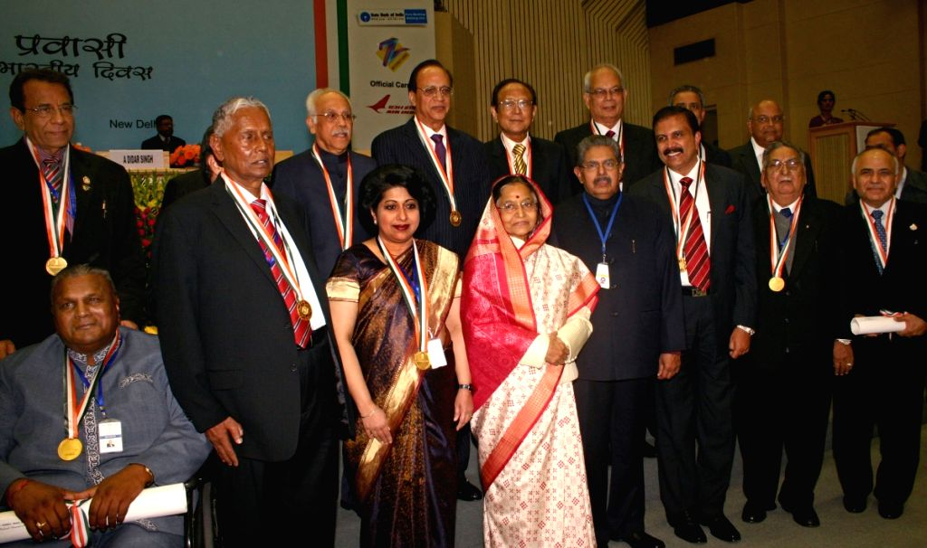 "President Pratibha Devisingh Patil , Union Minister for Overseas Indian Affairs Vayalar Ravi  with the Awardees of ""PRAVASI BHARATIYA SAMMAN"" at the 8th Pravasi Bharatiya... - Pratibha Devisingh Patil"