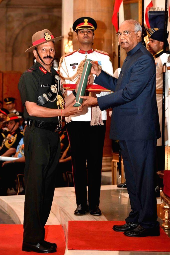 President Ram Nath Kovind confers Ati Vishisht Seva Medal (AVSM) - Gallantry Awards on Lieutenant General Yenduru Venkata Krishna Mohan during the 2019 Defence Investiture Ceremony- I at ... - Nath Kovind