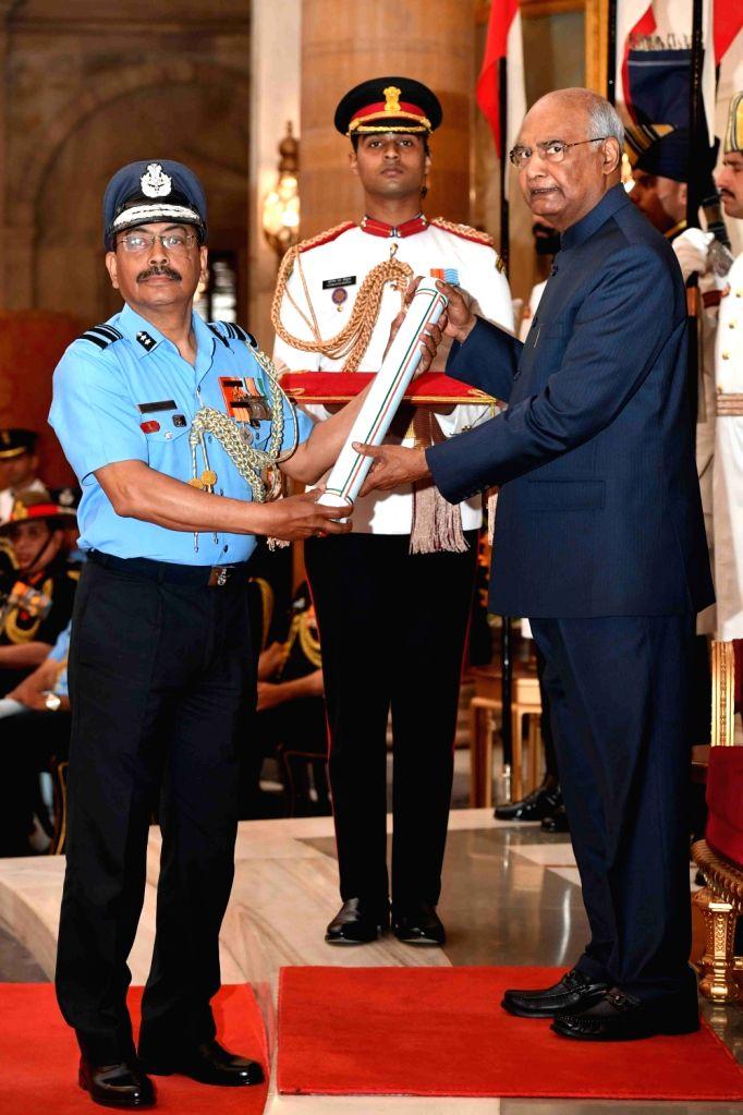 President Ram Nath Kovind confers Ati Vishisht Seva Medal (AVSM) - Gallantry Awards on Air Vice Marshal Soumitra Kumar Dey during the 2019 Defence Investiture Ceremony- I at Rashtrapati ... - Nath Kovind