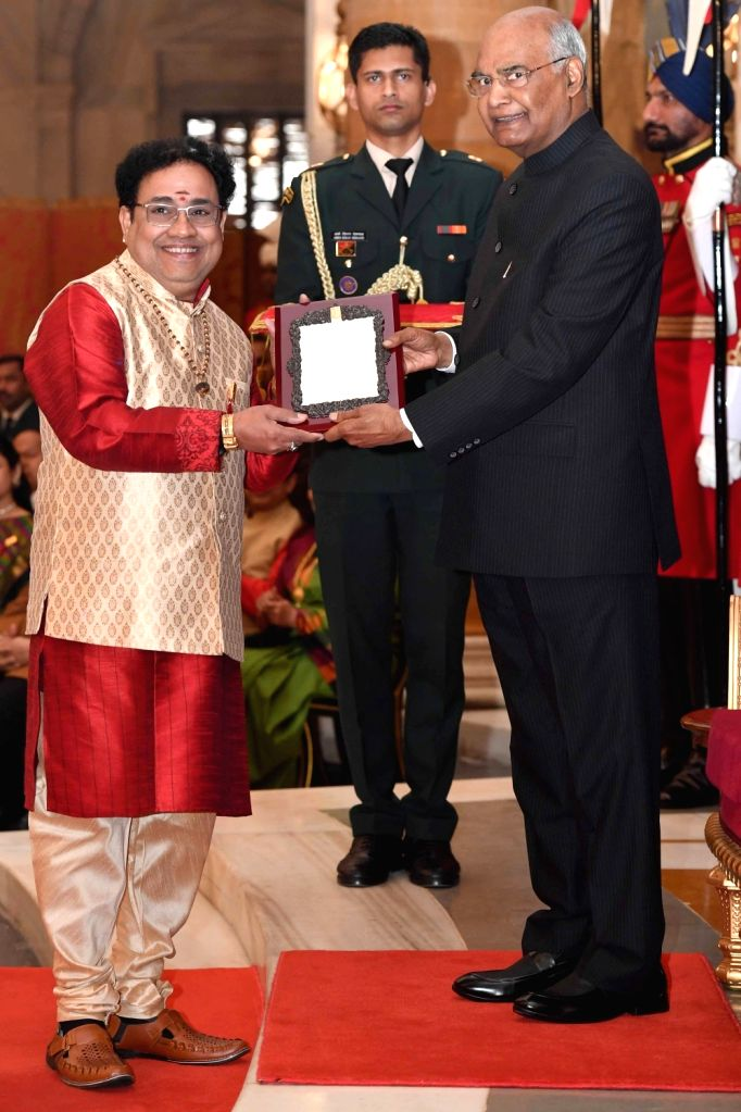 President Ram Nath Kovind confers Sangeet Natak Akademi Award 2017 on mridangam artist Tiruvarur Vaidyanathan during a special investiture ceremony at Rashtrapati Bhawan in New Delhi on ... - Tiruvarur Vaidyanathan and Nath Kovind