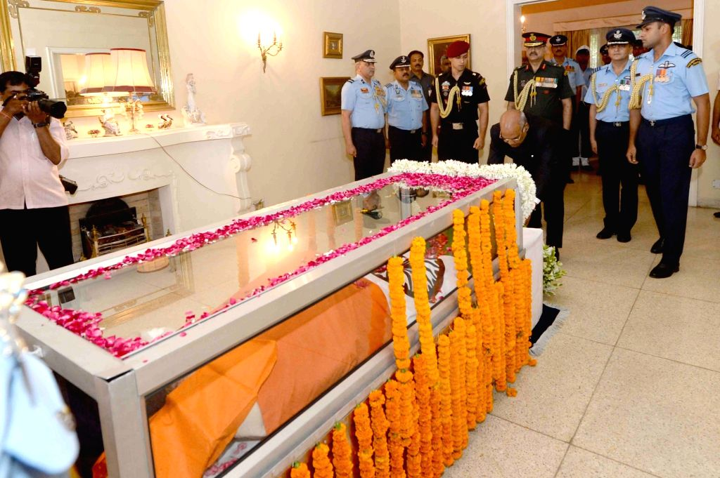 President Ram Nath Kovind lays wreath on the mortal remains of Marshal of Air Force Arjan Singh at his 7A, Kautilya Marg residence in New Delhi on Sept 17, 2017. Marshal of the Air Force ... - Nath Kovind and Force Arjan Singh