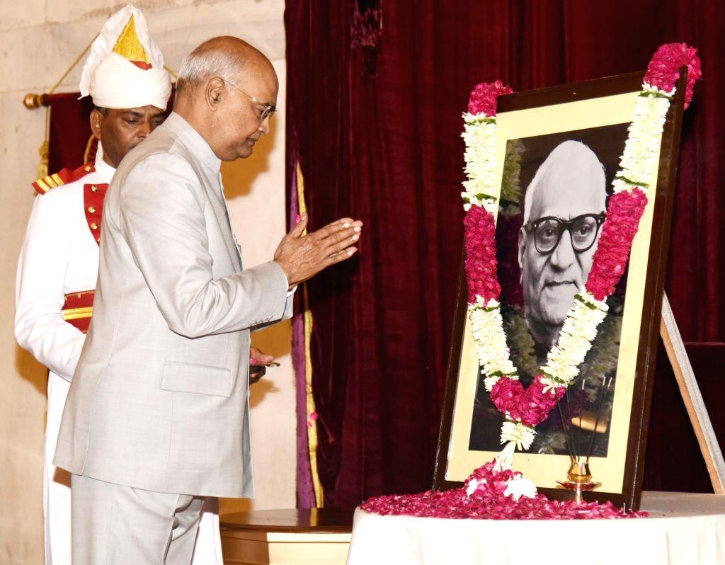 President Ram Nath Kovind pays homage to the portrait of the former President of India late Varhagiri Venkata Giri on his Birth Anniversary, at Rashtrapati Bhavan, in New Delhi, on Aug 10, ... - Nath Kovind