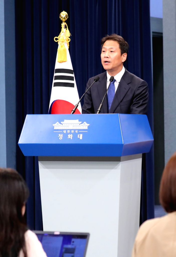 Presidential chief secretary Im Jong-seok gives an emergency briefing on allegedly manipulated government documents on the time of a report to former President Park Geun-hye on the sinking of ...