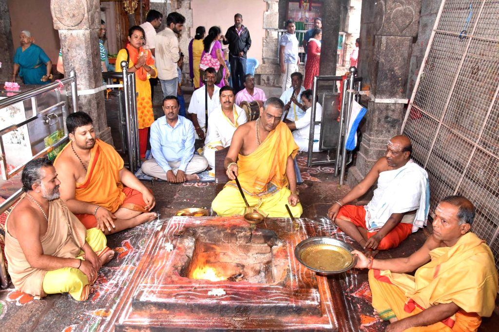 Priests perform 'mahayagya' for early monsoon rains at Sri Chamundeshwari temple at Chamundi Hills in Mysuru, Karnataka on June 7, 2019.