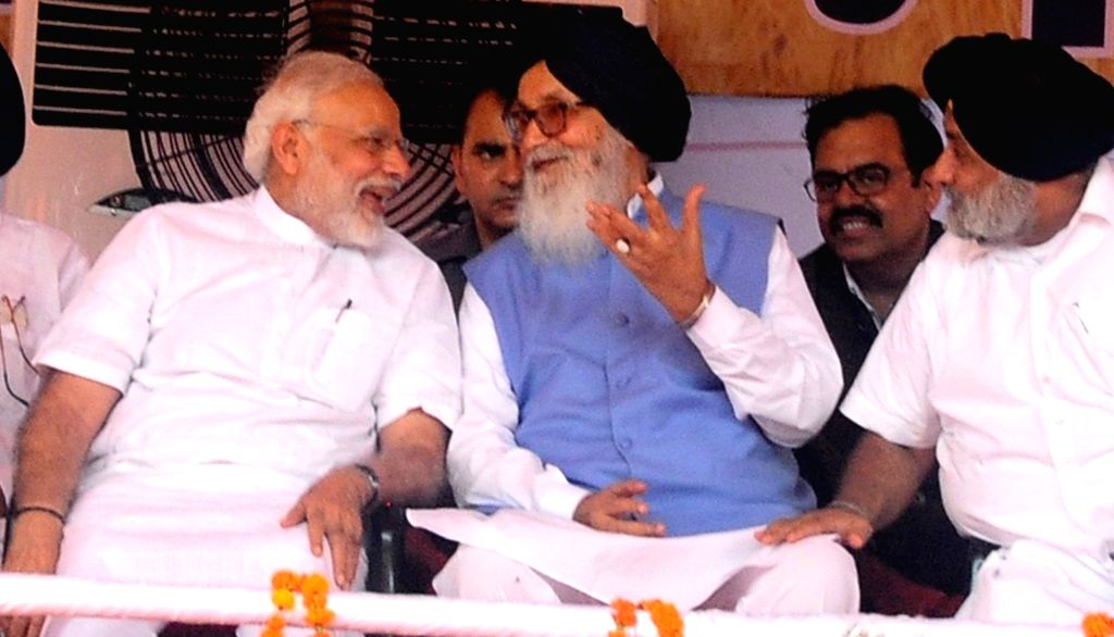 Prime Minister and BJP leader Narendra Modi in a conversation with former Punjab Chief Minister and Shiromani Akali Dal leader Parkash Singh Badal during 'Kisan Kalyan Rally in Malout of ... - Narendra Modi and Parkash Singh Badal
