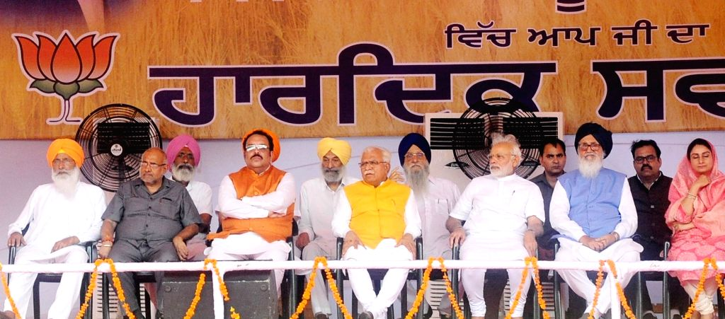 Prime Minister and BJP leader Narendra Modi with Haryana Chief Minister Manohar Lal Khattar, former Punjab Chief Minister Parkash Singh Badal and Union Minister Harsimrat Kaur Badal during ... - Manohar Lal Khattar, Narendra Modi, Parkash Singh Badal and Harsimrat Kaur Badal
