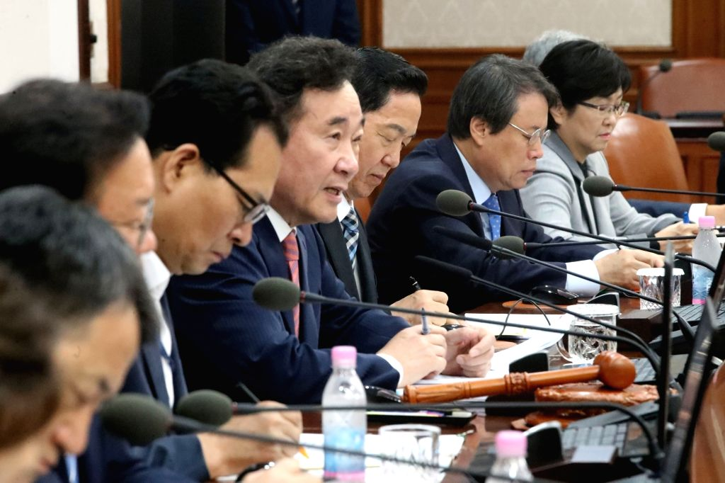 Prime Minister Lee Nak-yon (4th from L) speaks during a Cabinet meeting at the government complex in central Seoul on Oct. 10, 2017. - Lee Nak