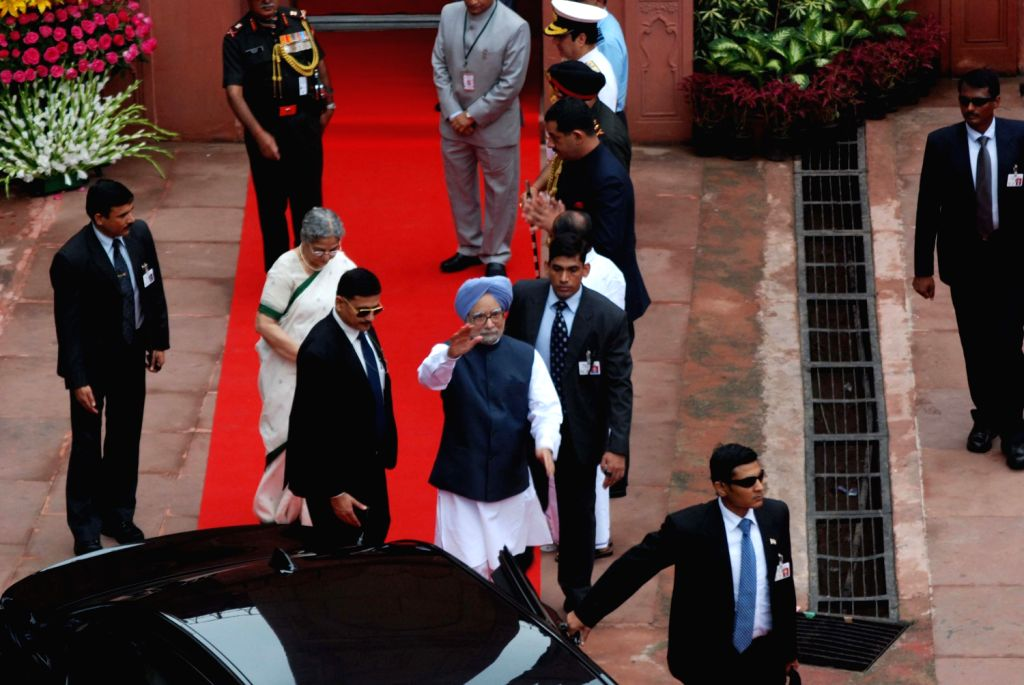 Prime Minister, Manmohan Singh and his wife Gursharan Kaur on his way back from the Red Fort, on the occasion of 67th Independence Day, in Delhi on August 15, 2013. (Photo::: IANS) - Gursharan Kaur