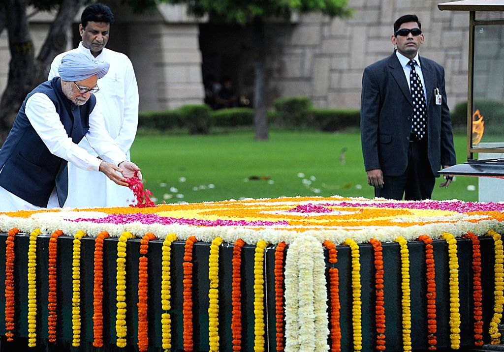 Prime Minister Manmohan Singh paying tributes at the Samadhi of Mahatma Gandhi, at Rajghat on the occasion of the 67th Independence Day, in Delhi on August 15, 2013. (Photo::: IANS)