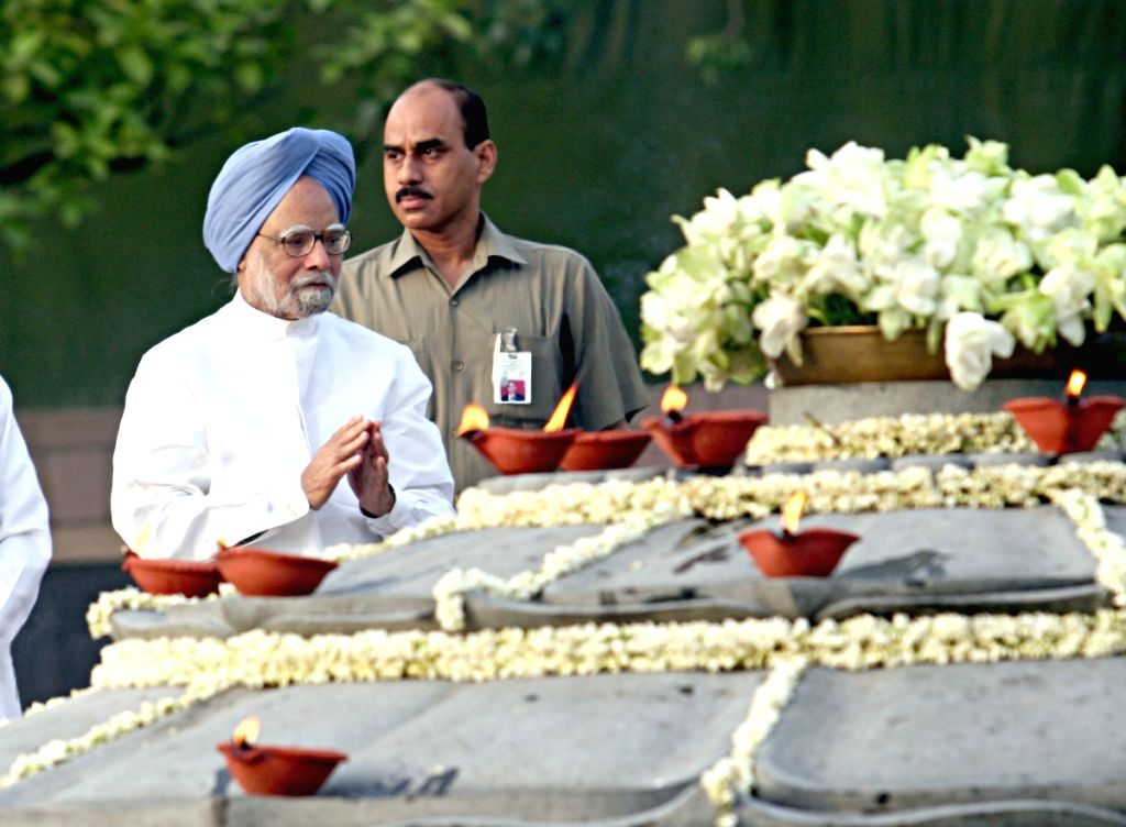Prime Minister Manmohan Singh paying tributes to former Prime Minister Rajiv Gandhi on his death anniversary at Vir Bhumi in New Delhi on Thursday. - Manmohan Singh