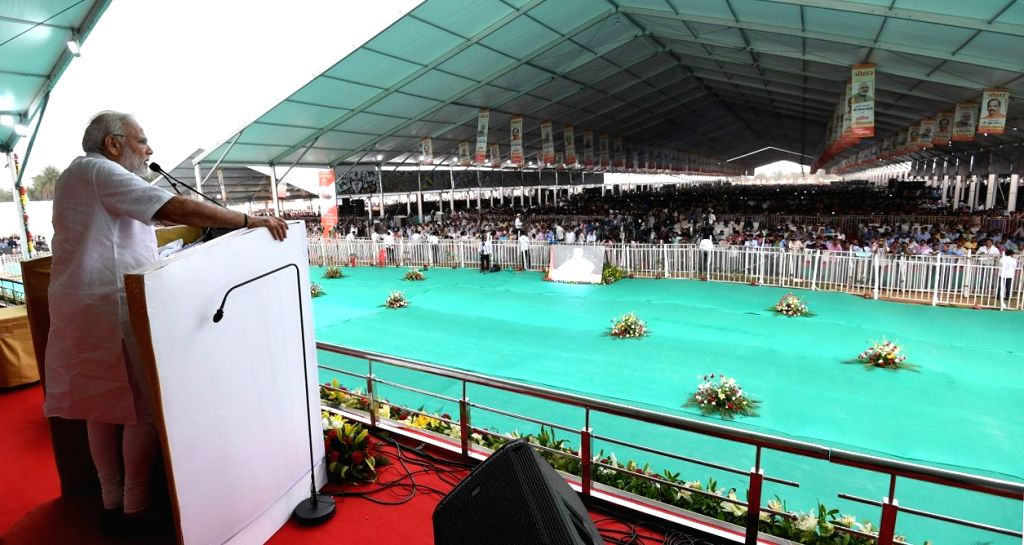 Prime Minister Narendra Modi addresses at the foundation stone laying ceremony of several development projects in Sindri of Jharkhand on May 25, 2018. - Narendra Modi