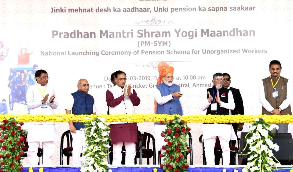 Prime Minister Narendra Modi along with Gujarat Chief Minister Vijay Rupani and Union MoS Labour and Employment Santosh Kumar Gangwar launches Pradhan Mantri Shram Yogi Maan-dhan Yojana ... - Narendra Modi and Santosh Kumar Gangwar