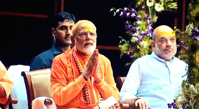 Prime Minister Narendra Modi and BJP chief Amit Shah during 'Ganga aarti' at Dashashwamedh Ghat in Varanasi, on April 25, 2019. - Narendra Modi and Amit Shah