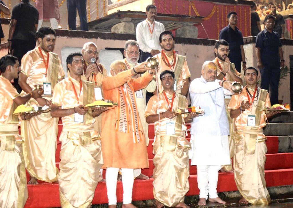 Prime Minister Narendra Modi and BJP chief Amit Shah perform rituals during 'Ganga aarti' at Dashashwamedh Ghat in Varanasi, on April 25, 2019. - Narendra Modi and Amit Shah