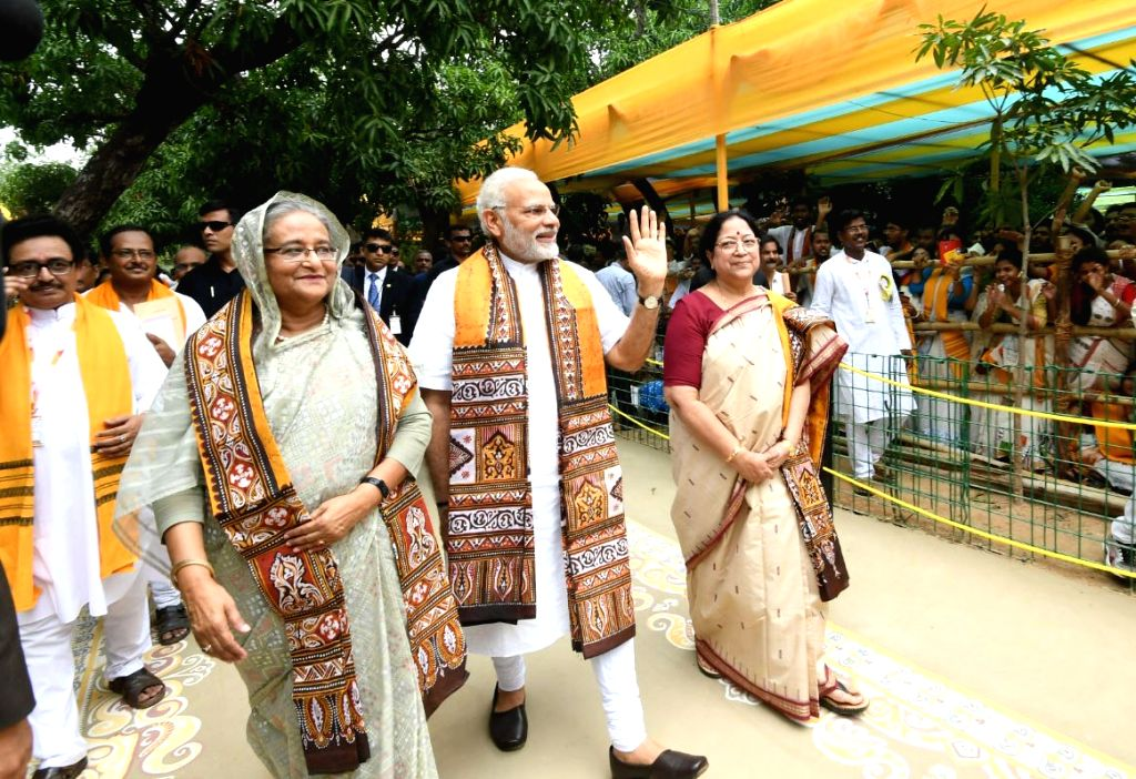 Prime Minister Narendra Modi and his Bangladeshi counterpart Sheikh Hasina at Santiniketan, in West Bengal on May 25, 2018. - Narendra Modi