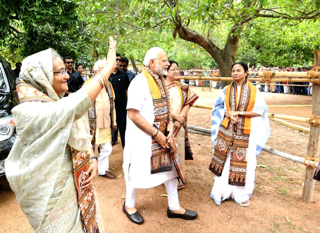 Prime Minister Narendra Modi and his Bangladeshi counterpart Sheikh Hasina at Santiniketan, in West Bengal on May 25, 2018. Also seen West Bengal Chief Minister Mamata Banerjee. - Narendra Modi and Mamata Banerjee