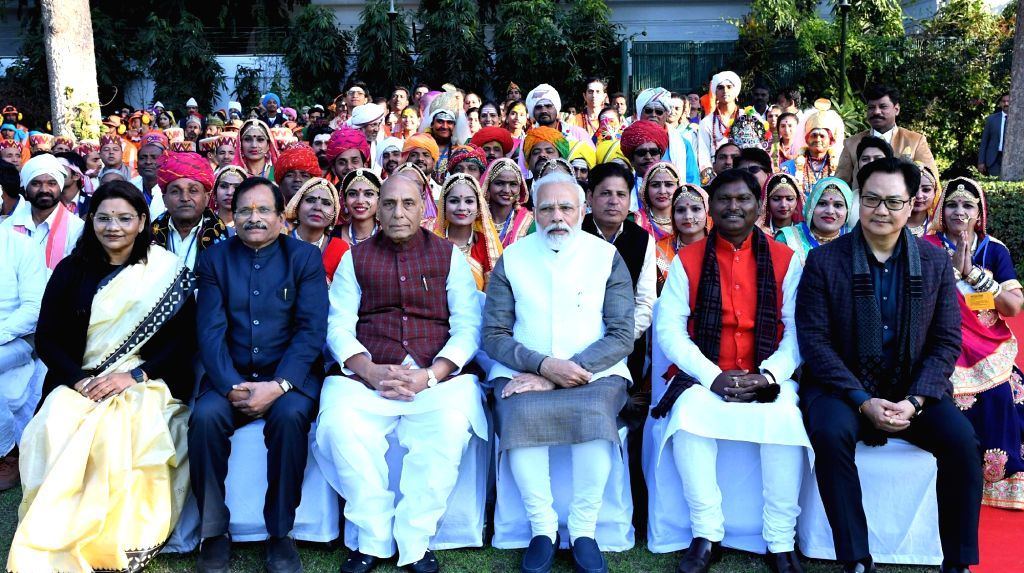Prime Minister Narendra Modi and Union Ministers Renuka Singh, Sripad Yesso Naik, Rajnath Singh, Jual Oram and Kiren Rijiju in a group photograph with Tableaux Artists who would be ... - Narendra Modi, Ministers Renuka Singh, Sripad Yesso Naik, Rajnath Singh, Jual Oram and Kiren Rijiju
