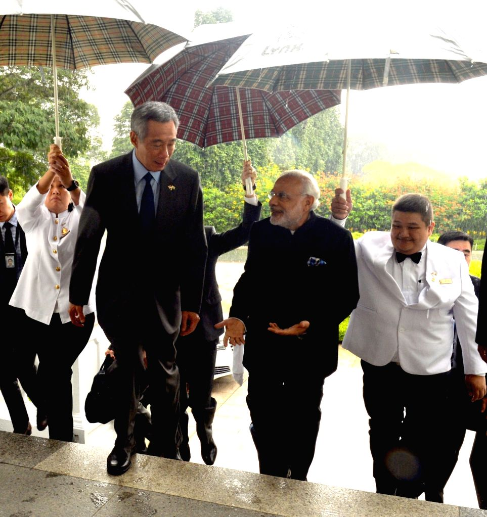 Prime Minister Narendra Modi being received by the Prime Minister of Singapore, Lee Hsien Loongon, on his arrival, in Istana, Singapore on Nov 24, 2015. - Narendra Modi