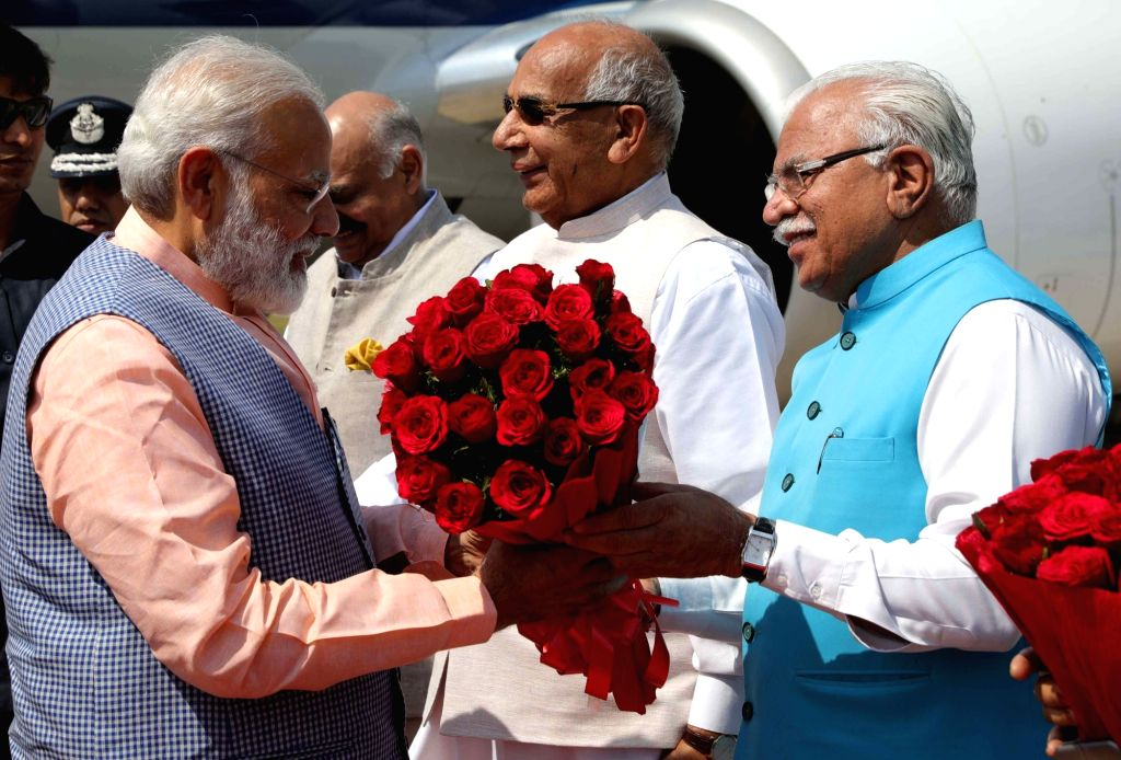 Prime Minister Narendra Modi being received by Haryana Chief Minister Manohar Lal Khattar at Chandigarh Airport on April 27, 2017. - Narendra Modi and Manohar Lal Khattar