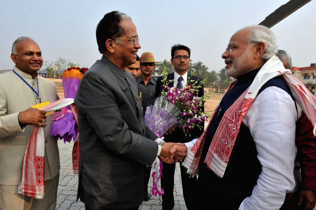 Prime Minister Narendra Modi being welcomed by Assam Chief Minister Tarun Gogoi, on his arrival at Guwahati on Jan 19, 2016. - Narendra Modi