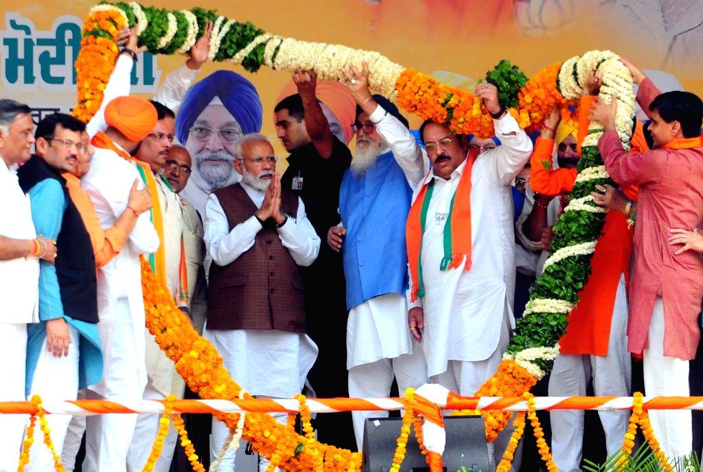 Prime Minister Narendra Modi being welcomed by Shiromani Akali Dal (SAD) leader Parkash Singh Badal and Punjab BJP chief Shwet Malik during a public rally ahead of 2019 Lok Sabha ... - Narendra Modi, Malik and Parkash Singh Badal