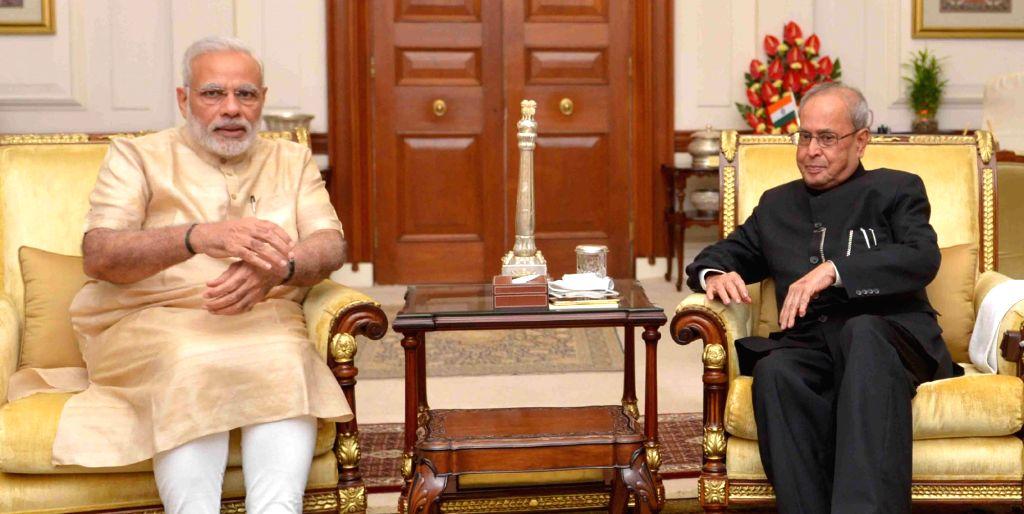 Prime Minister Narendra Modi calls on President Pranab Mukherjee at Rashtrapati Bhavan in New Delhi on Oct 1, 2016. - Narendra Modi and Pranab Mukherjee