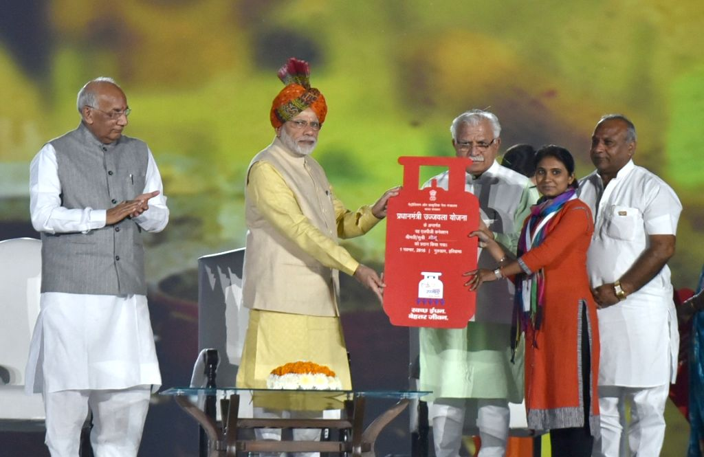 Prime Minister Narendra Modi distributes the LPG connections to the beneficiaries to mark recognition of 8 districts as Kerosene-free in Haryana during Haryana Swarna Jayanti celebrations ... - Narendra Modi, Kaptan Singh Solanki and Manohar Lal Khattar