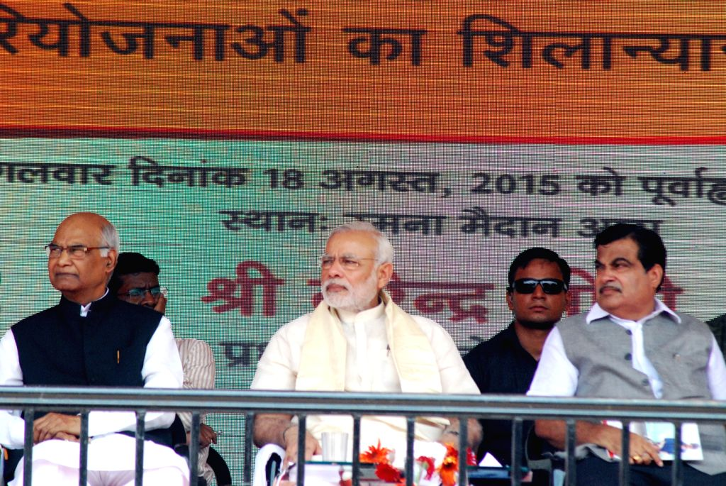 Prime Minister, Narendra Modi during the inauguration of skill training centres, in Ara, of Bihar on Aug 18, 2015. Also seen Bihar Governor Ram Nath Kovind and Union Minister Nitin Gadkari. - Nitin Gadkari, Narendra Modi and Nath Kovind