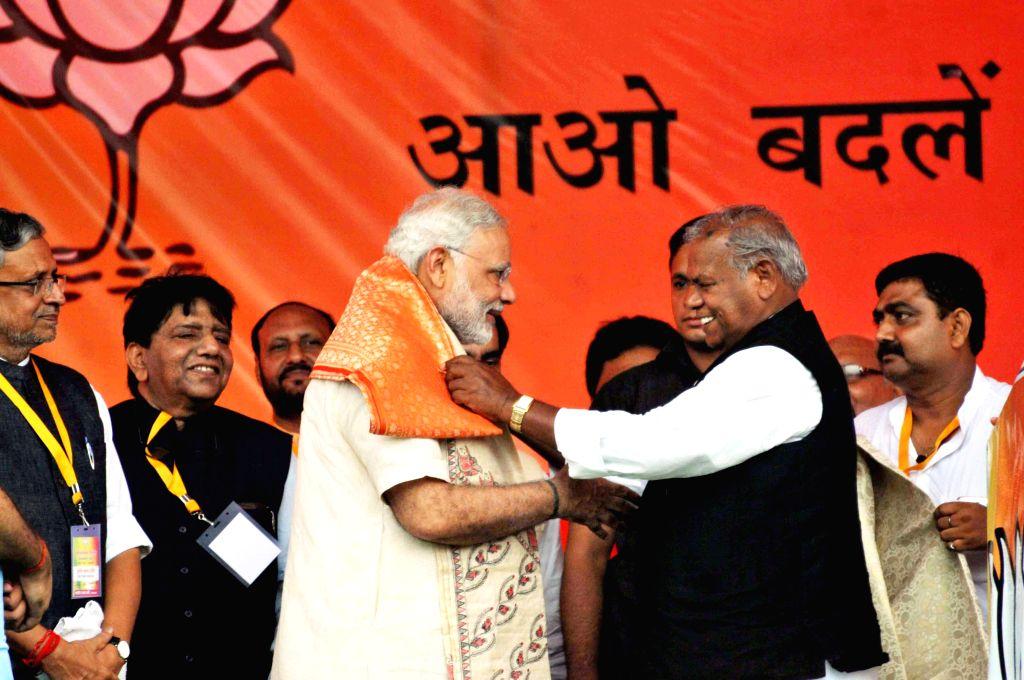 Prime Minister Narendra Modi during the `Parivartan rally` in Saharsa, Bihar, on Aug 18, 2015. Also seen BJP leader Sushil Kumar Modi and HAM leader Jitan Ram Manjhi. - Narendra Modi and Sushil Kumar Modi