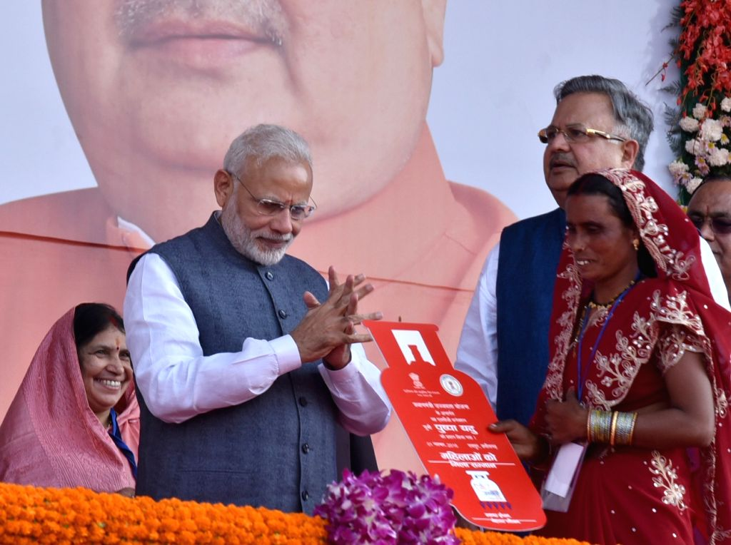 Prime Minister Narendra Modi felicitates the beneficiaries of different schemes in Naya Raipur on Nov 1, 2016. Also seen Chhattisgarh Chief Minister Dr. Raman Singh. - Narendra Modi and Raman Singh