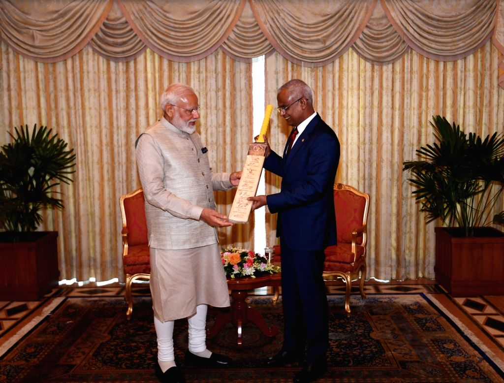 Prime Minister Narendra Modi gifts a cricket bat signed by the Indian team to cricket fan and Maldives President Ibrahim Mohamed Solih in Male, on June 8, 2019. - Narendra Modi