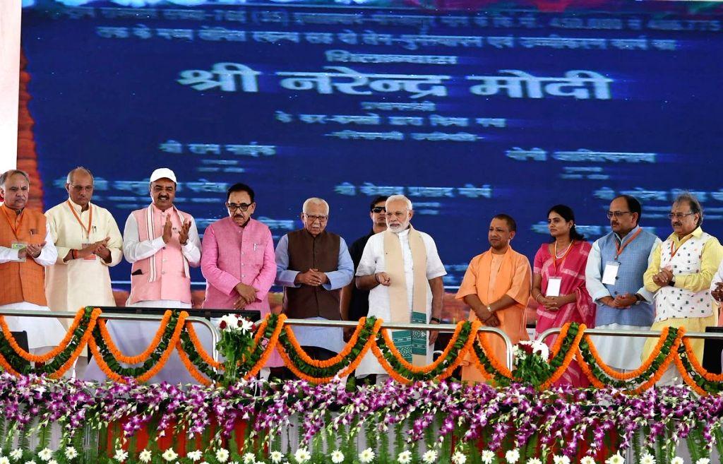 Prime Minister Narendra Modi inaugurates Bansagar canal along with Uttar Pradesh Governor Ram Naik, Chief Minister Yogi Adityanath, Deputy Chief Minister Keshav Prasad Maurya, Union ... - Narendra Modi, Anupriya Patel and Mahendra Nath Pandey