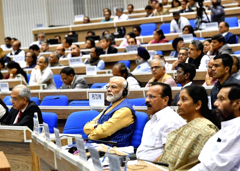 Prime Minister Narendra Modi, NITI Aayog Vice Chairman Rajiv Kumar and Union Ministers D. V. Sadananda Gowda, Nirmala Sitharaman and Ram Vilas Paswan during the 5th edition of NITI Lecture ... - Narendra Modi, D. V. Sadananda Gowda, Nirmala Sitharaman, Ram Vilas Paswan and Rajiv Kumar