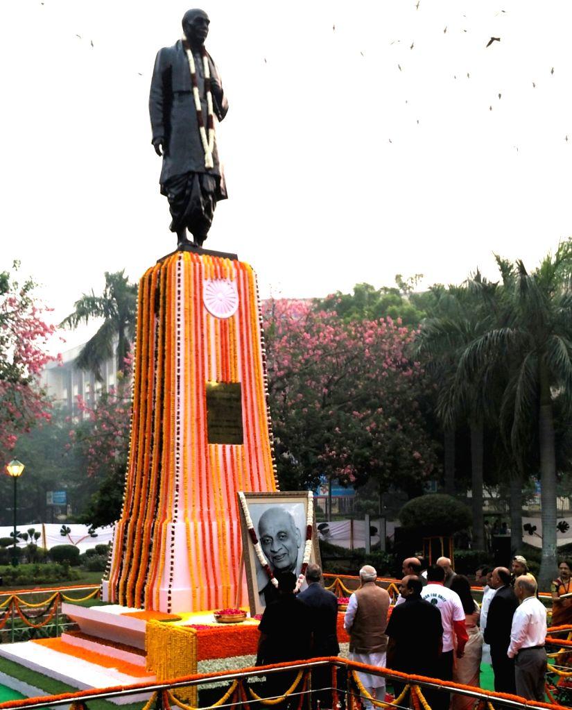 Prime Minister Narendra Modi paying floral tribute to Sardar Vallabhbhai Patel on Rashtriya Ekta Diwas, at Patel Chowk, in New Delhi on October 31, 2015. - Narendra Modi and Sardar Vallabhbhai Patel