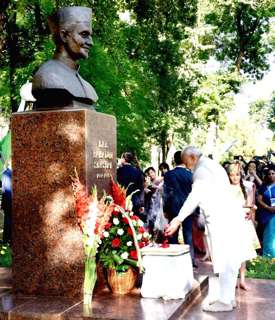 Prime Minister Narendra Modi pays tribute to the former Prime Minister Late Lal Bahadur Shastri, in Tashkent, Uzbekistan on June 24, 2016. - Narendra Modi