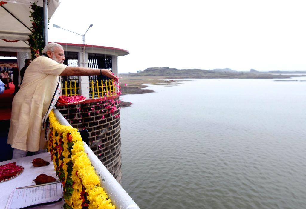 Prime Minister Narendra Modi performs rituals on the inauguration of Aji-3 Dam under Phase-I of Saurashtra Narmada Avtaran Irrigation (SAUNI) Yojana in Rajkot on June 29, 2017. - Narendra Modi