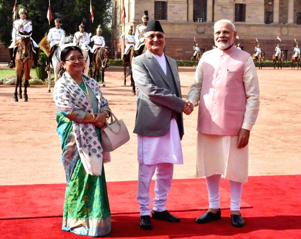 Prime Minister Narendra Modi receives Nepalese Prime Minister K.P. Sharma Oli during his Ceremonial Reception, at Rashtrapati Bhavan in New Delhi on April 7, 2018. - Narendra Modi and P. Sharma Oli